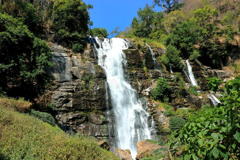 Cena bonita da cachoeira de Wachirathan em Doi Inthanon, Chiang Mai, Tailândia imagem de stock