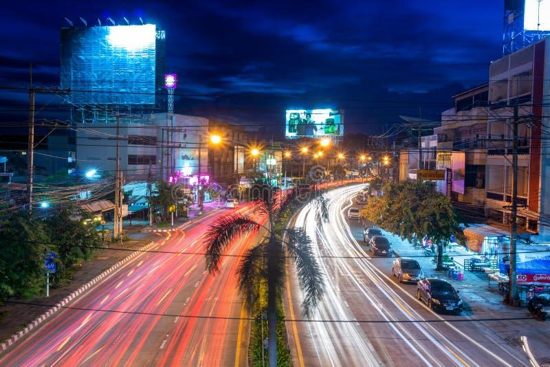 Cena bonita da cor de sinais da noite na estrada na cidade de Phitsanulok fotografia de stock