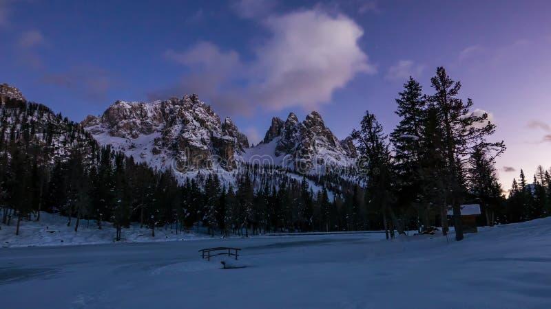 Cena bonita da noite no vale nevado da montanha e no lago congelado fotografia de stock