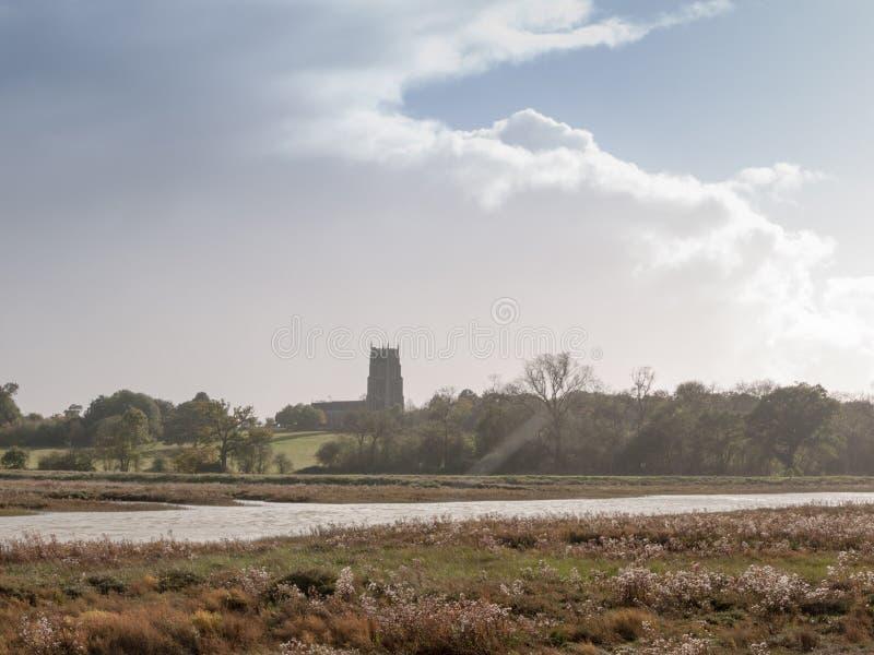 Cena bonita da paisagem da costa com a igreja inglesa no horizonte A foto de stock royalty free