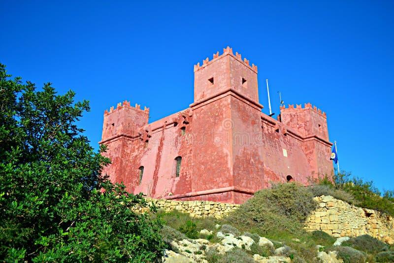 Cena bonita da torre vermelha ao norte de Malta imagem de stock royalty free