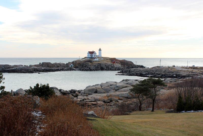 Cena bonita do farol do Nubble com linha costeira rochosa, York, Maine, 2018 fotos de stock