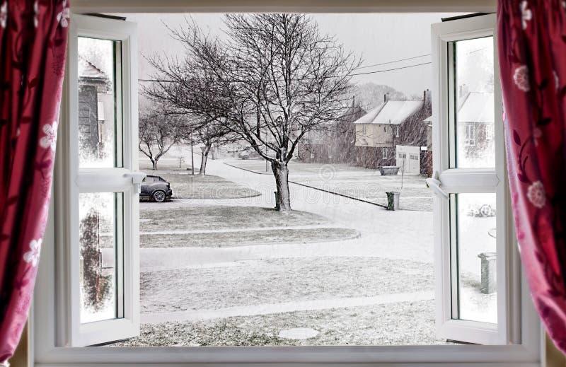 Cena bonita do inverno através de uma janela aberta fotos de stock