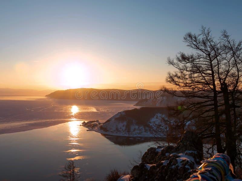Cena bonita do Lago Baikal no inverno com luz do por do sol da noite foto de stock