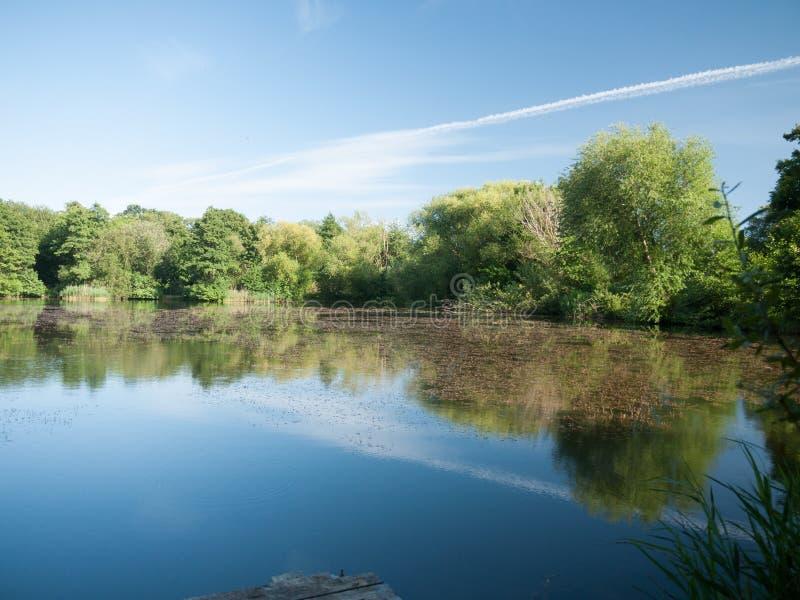 Cena bonita do lago em um dia ensolarado no Reino Unido foto de stock