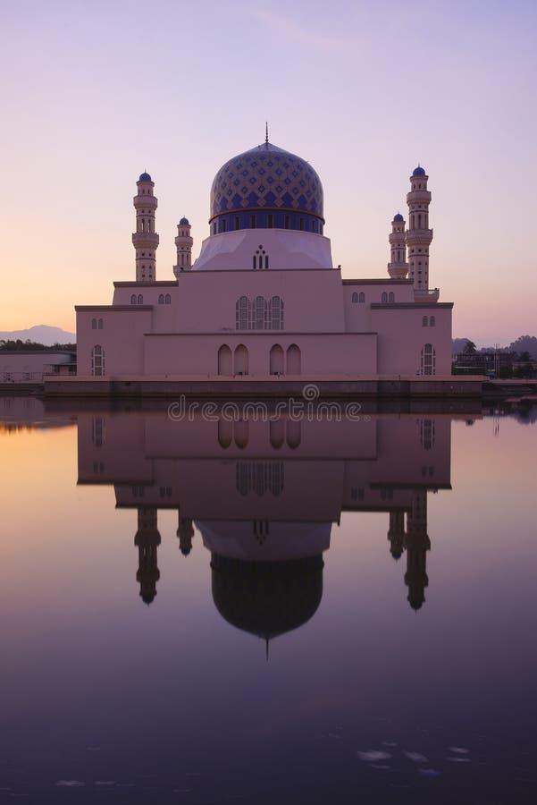 Cena bonita do nascer do sol em Kota Kinabalu Mosque, Sabah Borneo, M imagens de stock