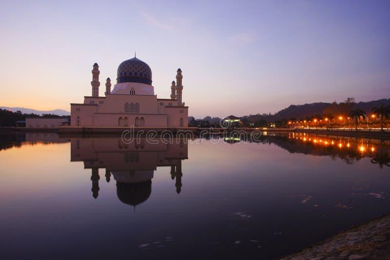 Cena bonita do nascer do sol em Kota Kinabalu Mosque, Sabah Borneo, M fotos de stock