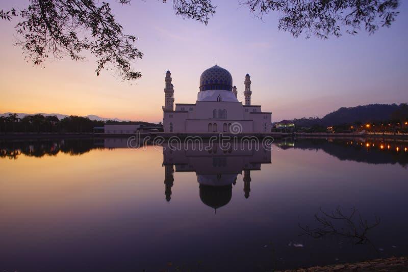 Cena bonita do nascer do sol em Kota Kinabalu Mosque, Sabah Borneo, Malásia imagem de stock royalty free