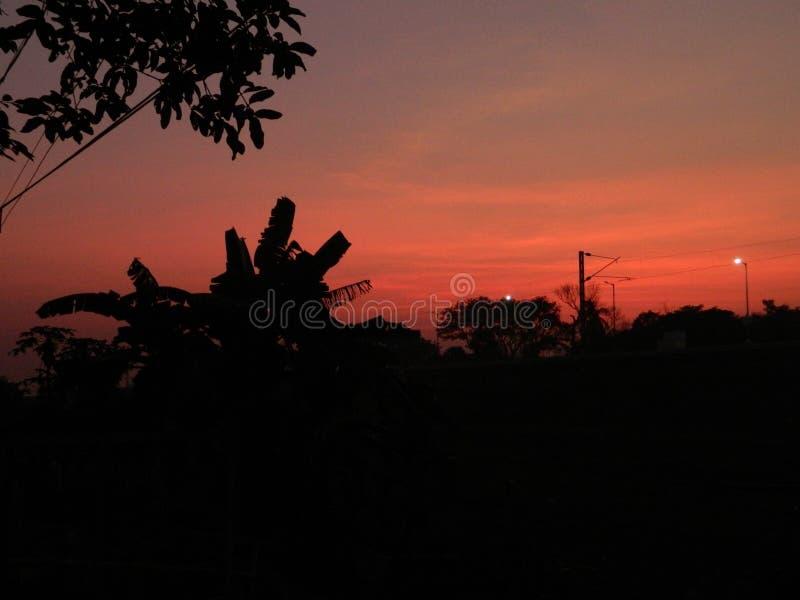 Cena bonita do por do sol no crepúsculo fotografia de stock