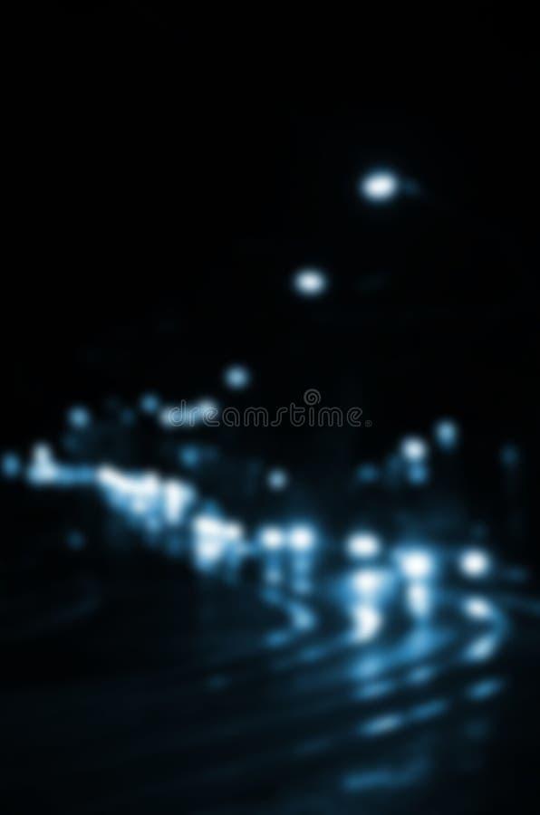 Cena borrada da noite do tráfego na estrada Imagem Defocused dos carros que viajam com faróis luminosos Arte de Bokeh ilustração royalty free