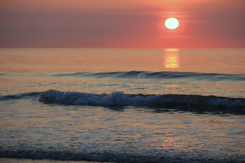 Cena calma do nascer do sol do amanhecer na praia imagem de stock royalty free