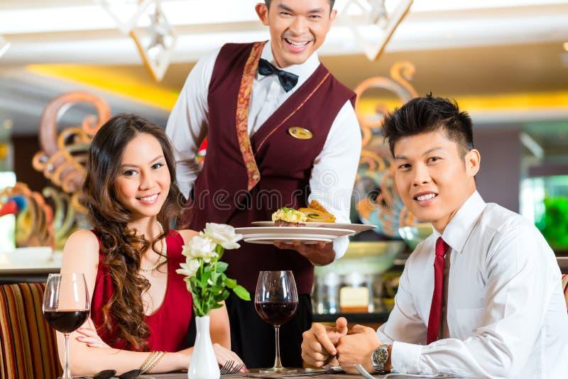 Cena china de la porción del camarero en restaurante u hotel elegante fotos de archivo