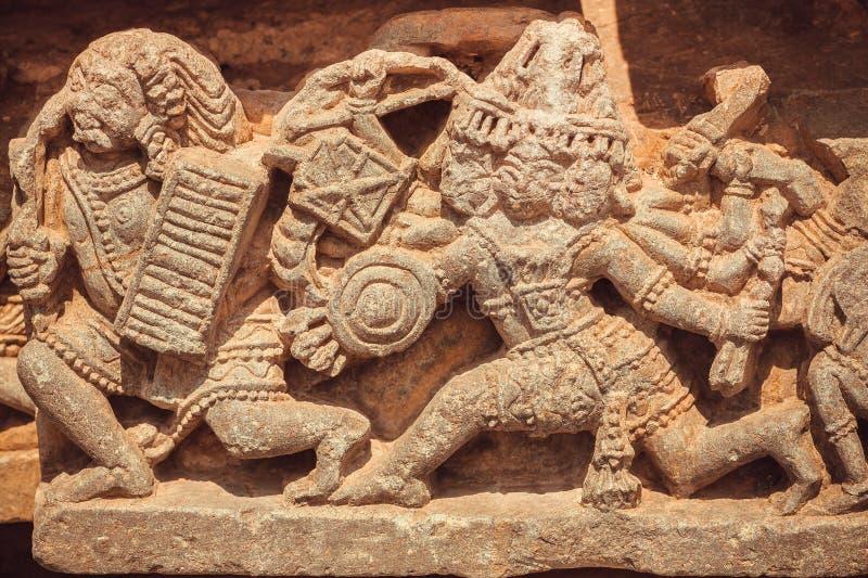 Cena com batalhas de deuses antigos nas esculturas de pedra do templo hindu India fotografia de stock royalty free