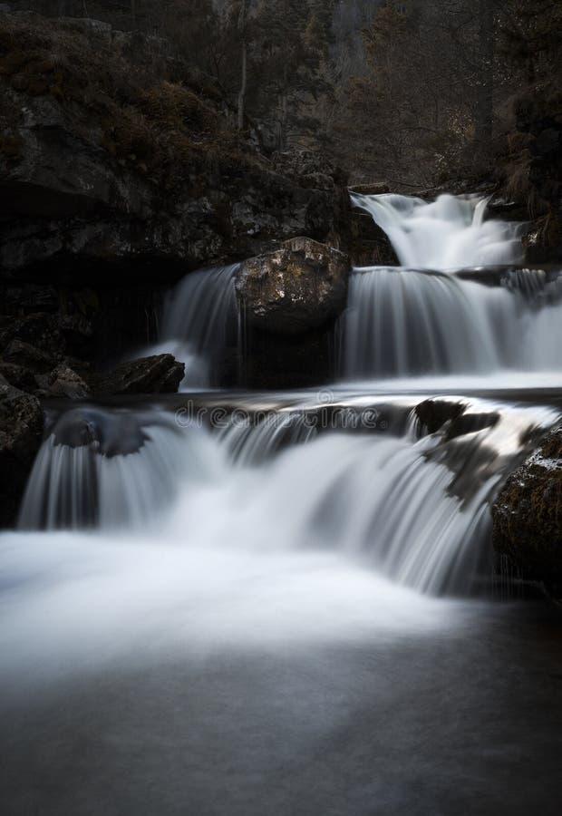 Cena com a cachoeira longa da exposição no outono atrasado imagens de stock royalty free