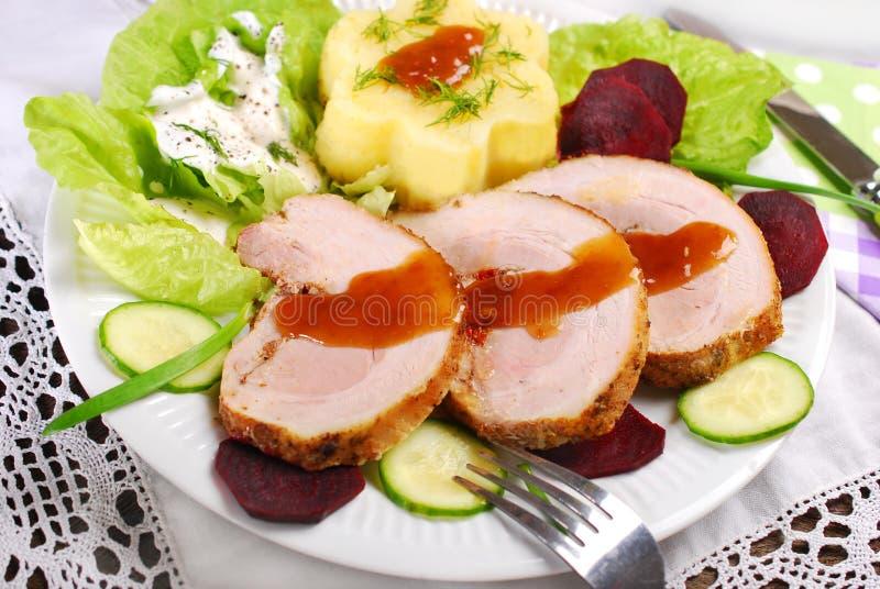 Cena con carne di maiale e la patata arrostite immagini stock libere da diritti