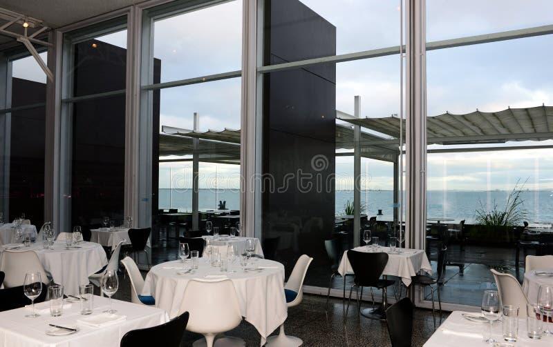 Cena con la vista di oceano, Tabelle del ristorante messe, alimento e bevande immagine stock libera da diritti