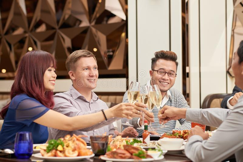 Cena con los amigos foto de archivo libre de regalías