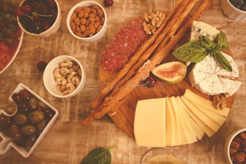 Cena con spuntini e occhiali sul tavolo in soggiorno fotografie stock libere da diritti