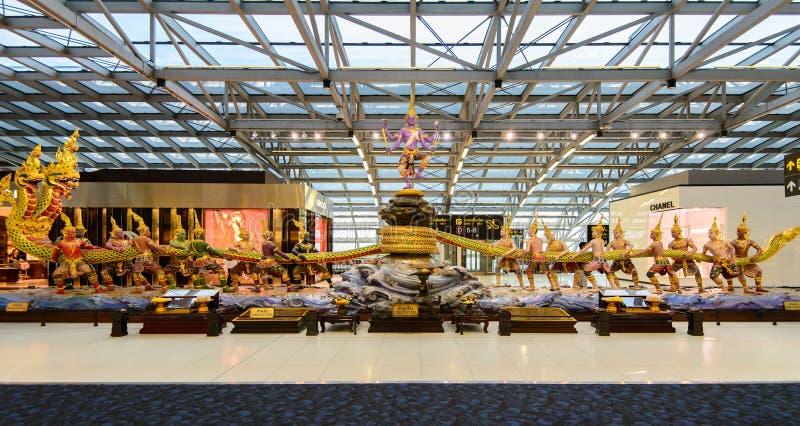 Cena da agitação da escultura do oceano do leite no aeroporto de Suvanabhumi imagem de stock royalty free
