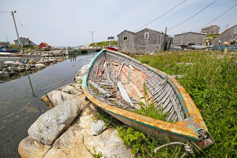 Cena da angra de Peggy com o barco de pesca quebrado, Nova Scotia foto de stock royalty free
