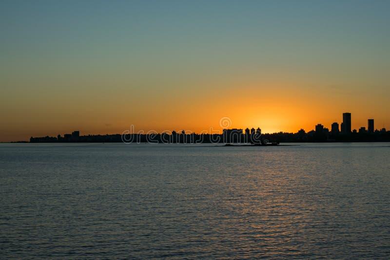 Cena da arquitetura da cidade do por do sol, Montevideo, Uruguai foto de stock royalty free