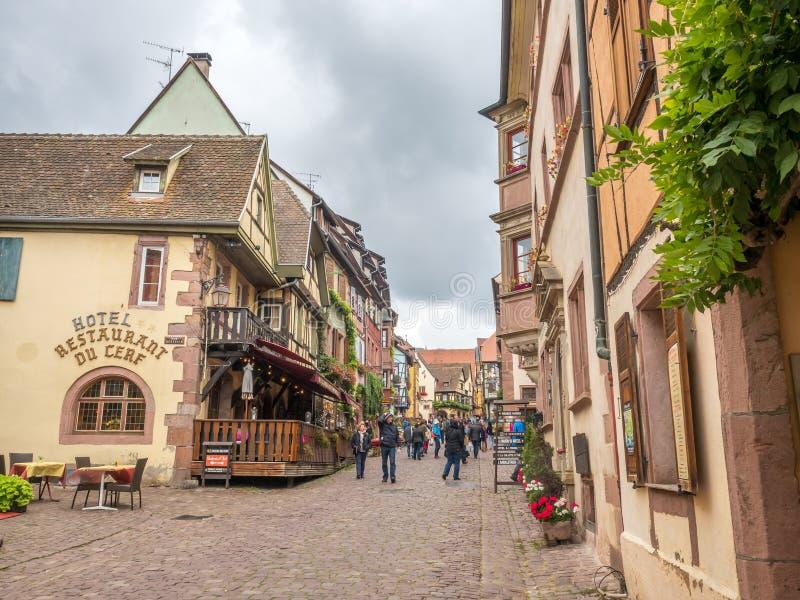Cena da cidade de Riquewihr sob o céu nebuloso, França fotografia de stock