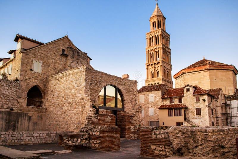 Cena da cidade velha da separação e da vista da torre de sino velha fotos de stock royalty free