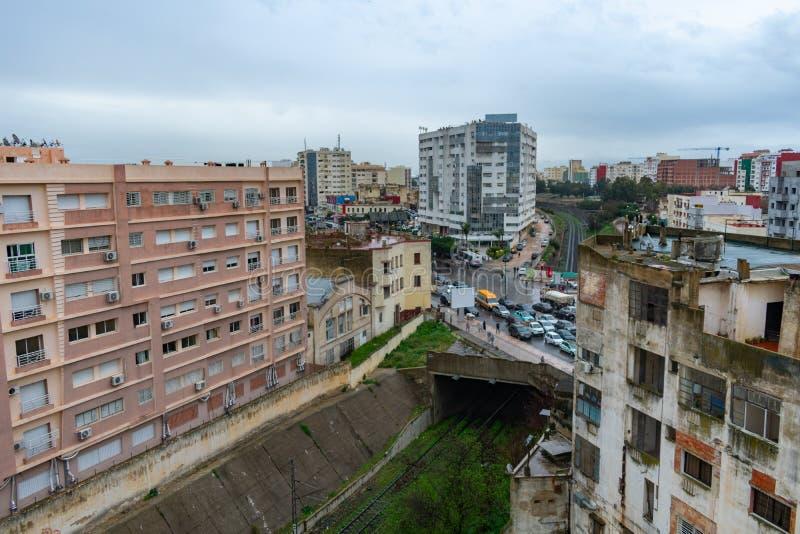 Cena da construção e do arranha-céus de Meknes Marrocos com uma rua sobre trilhas de estrada de ferro fotografia de stock royalty free