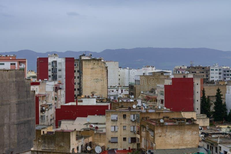 Cena da construção e do arranha-céus de Meknes Marrocos foto de stock