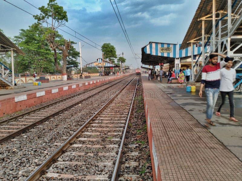 Cena da estação de trem indiana imagens de stock