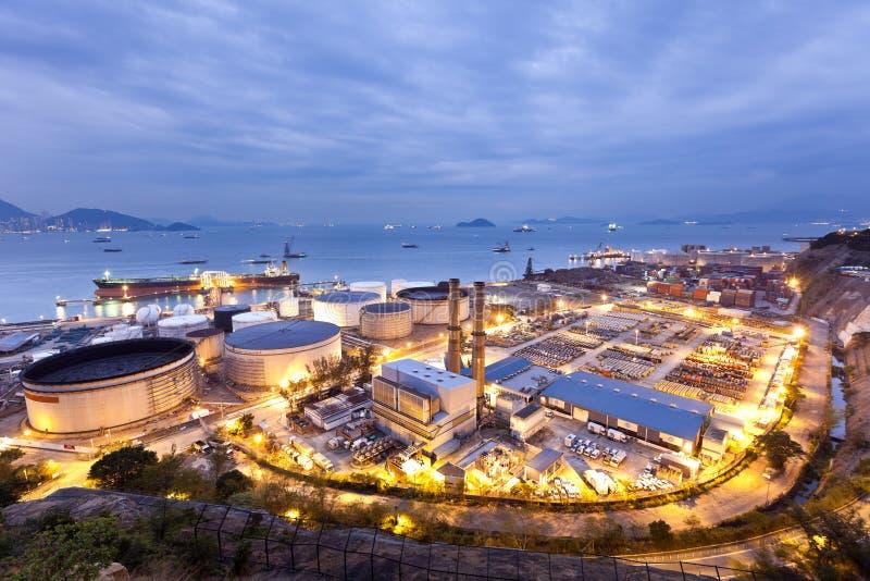 Cena da indústria dos tanques de petróleo na noite fotos de stock royalty free