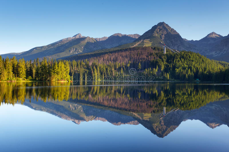 Cena da montanha da natureza com o lago bonito em Slovakia Tatra - St imagens de stock