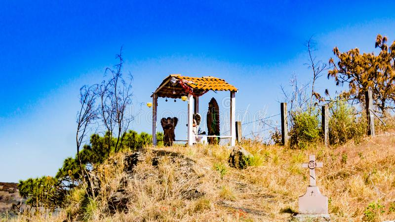 Cena da natividade com anjos e o Virgin de Guadalupe em um monte com uma cruz no lado imagens de stock