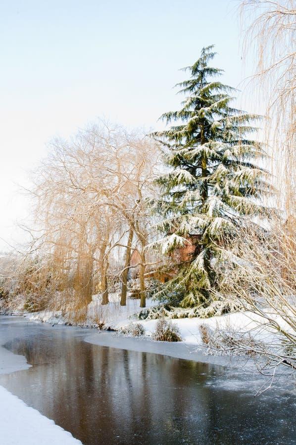 Cena da neve do canal do inverno foto de stock royalty free