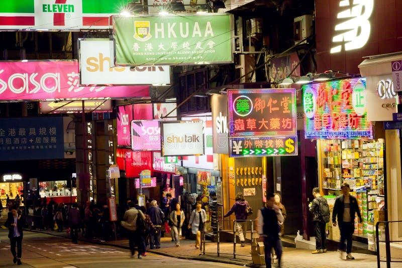 Cena da noite com a multidão de povos e de quadros de avisos de passeio das lojas imagens de stock royalty free