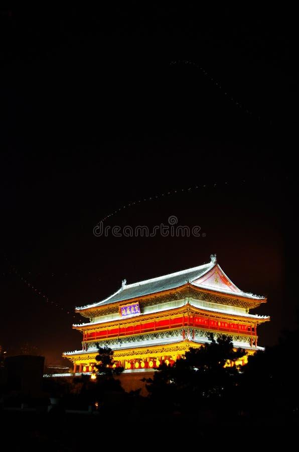 Cena da noite da cilindro-torre fotografia de stock royalty free