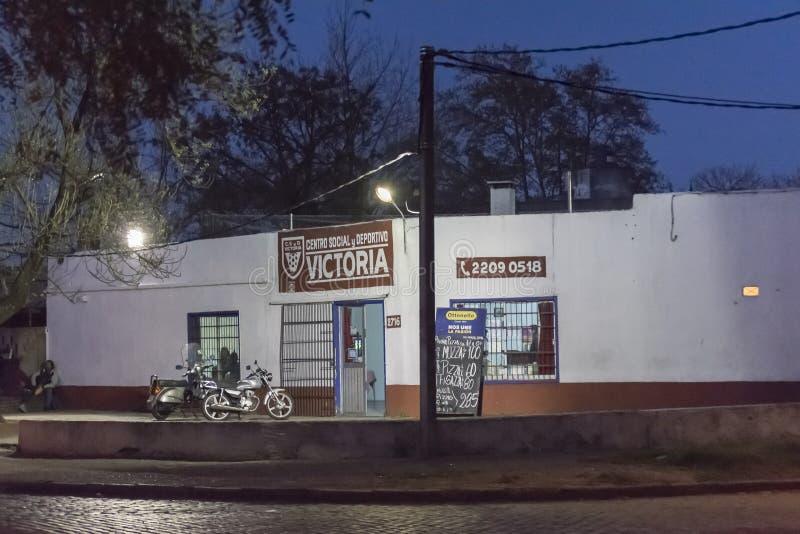 Cena da noite da fachada do clube social da vizinhança foto de stock royalty free