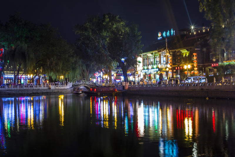 Cena da noite da reflexão do lago em Beijing Houhai imagens de stock royalty free