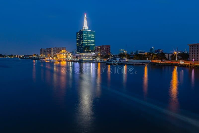 Cena da noite das torres Victoria Island de Civic Center, Lagos Nigéria fotos de stock