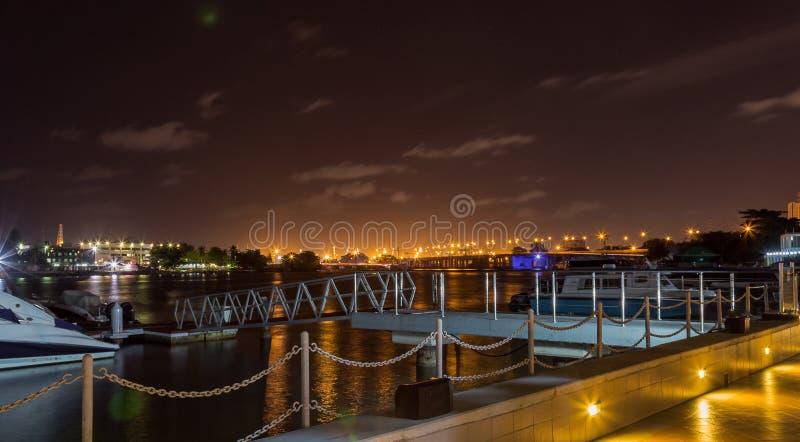 Cena da noite de Lagos Nigéria na lagoa imagem de stock