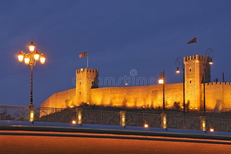 Cena da noite de Skopje fotos de stock