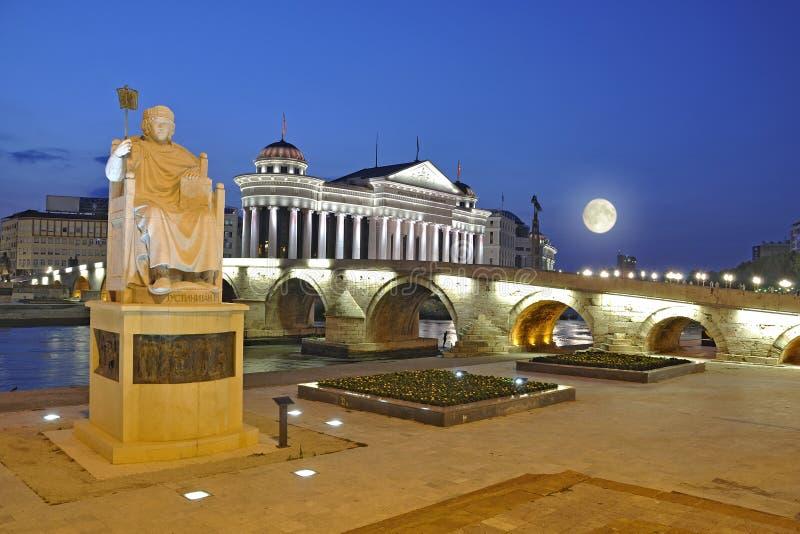 Cena da noite de Skopje imagem de stock royalty free