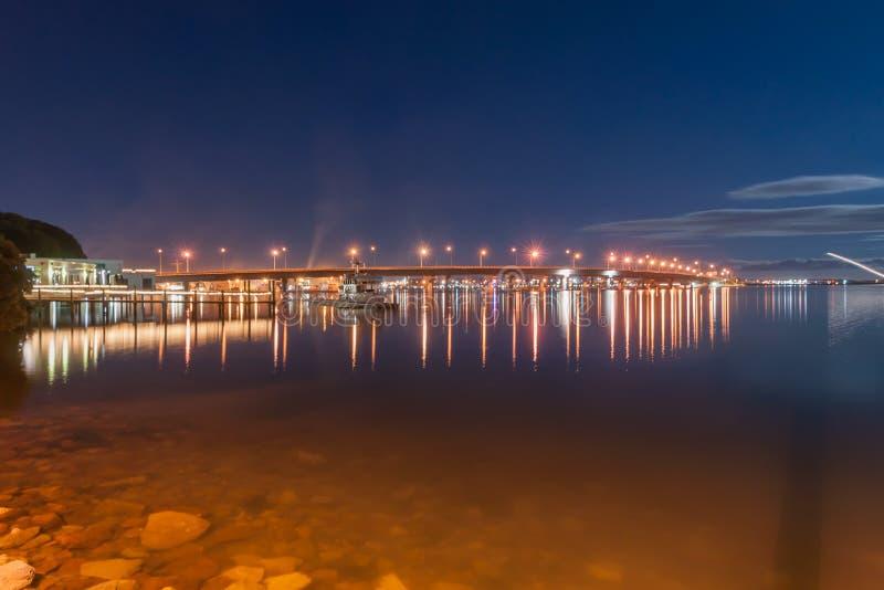 Cena da noite de Tauranga, ponte sob a lua nova imagens de stock