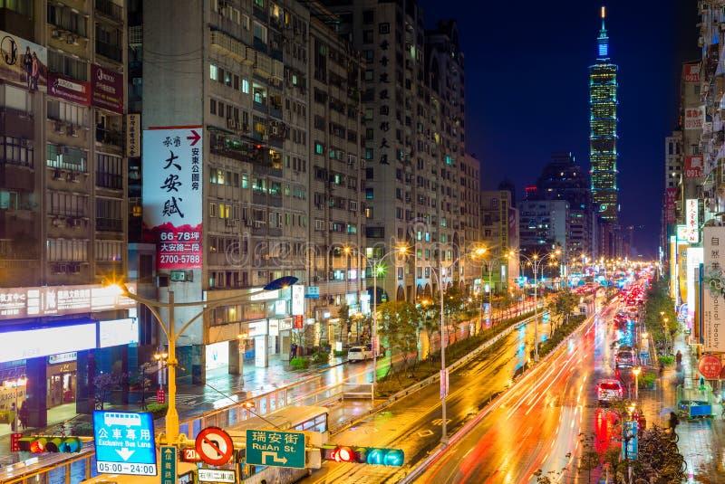 Cena da noite do distrito de Xinyi e do arranha-céus de Taipei 101 após a chuva fotos de stock royalty free