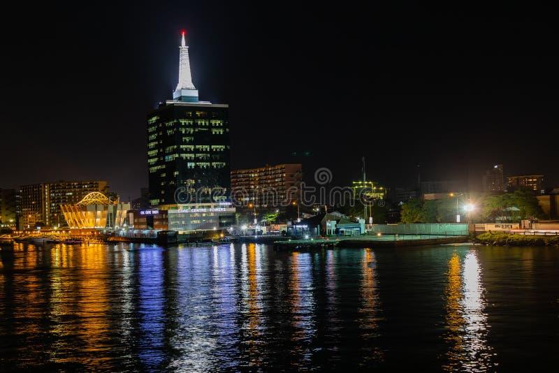 Cena da noite do heliporto de Caverton e das torres Victoria Island de Civic Center, Lagos Nigéria fotografia de stock royalty free