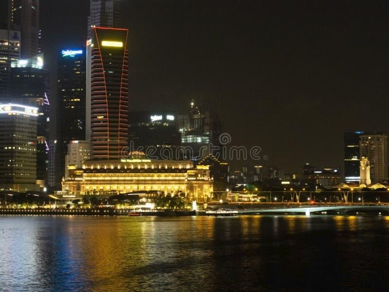Cena da noite do hotel de Fullerton em Marina Bay, Singapura imagem de stock