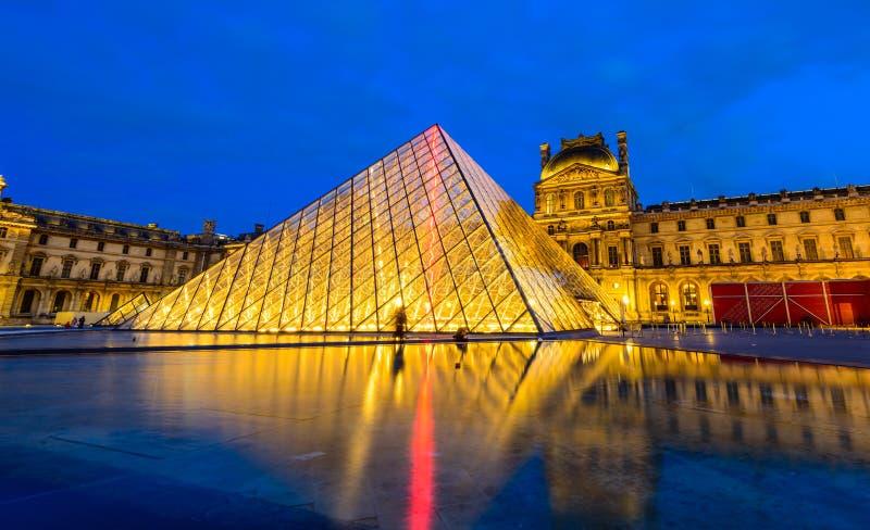 Cena da noite do museu do Louvre imagem de stock