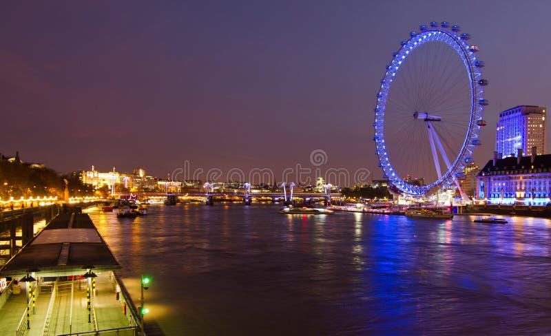 Cena da noite do olho de Londres fotografia de stock