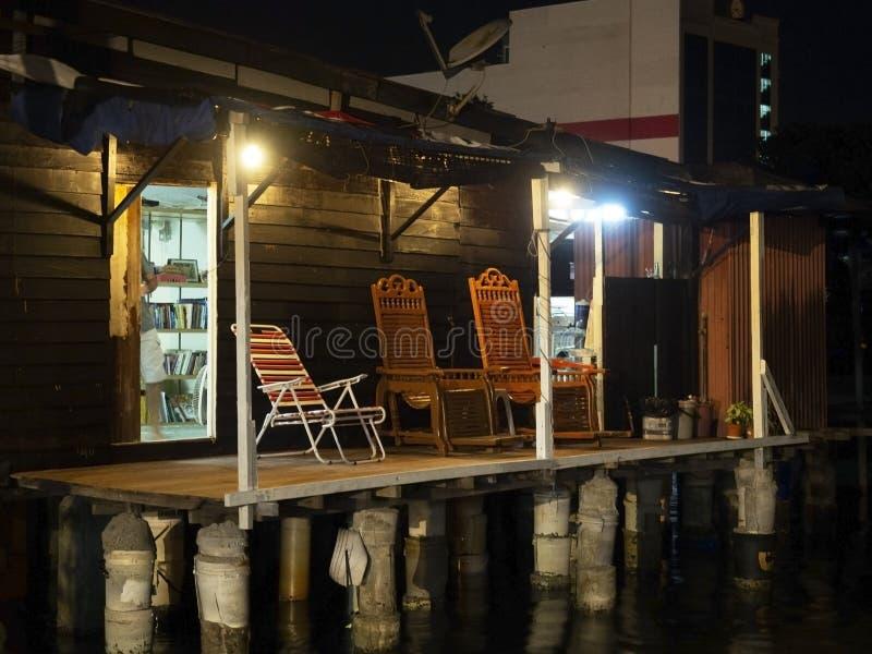 Cena da noite do pátio de uma casa, molhe da mastigação, Penang fotografia de stock