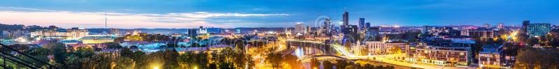 Cena da noite do panorama de Vilnius fotografia de stock